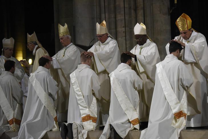 Imposition-mainsdes-ordinations-sacerdotales-cathedrale-Notre-Dame-Paris-24-2017_0_729_487